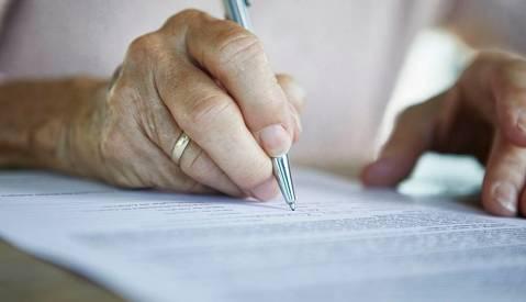 NOU SERVEI: Assessorament Legal - Capacitat, Família, Successions - 5231d-408e0-1140-person-signing-living-will.jpg
